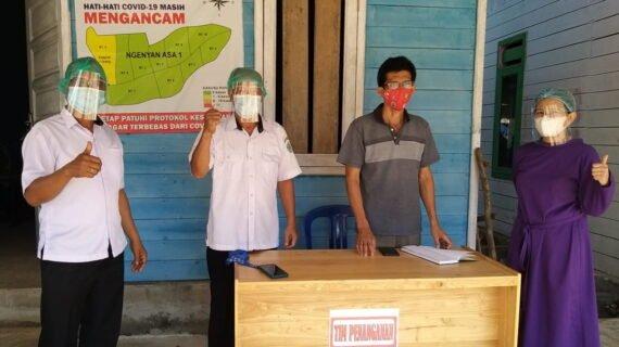 Petugas Puskesmas Bersama Dengan Team Penanganan Covid -19 Kampung Ngenyan Asa Memberikan Bantuan